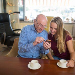senior en student kijken op iphone